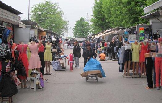 Въпреки ниските за летния сезон температури Неделен пазар работи на пълни обороти!